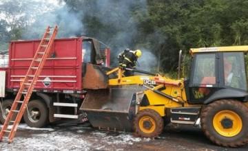 Carreta carregada de produtos químicos pega fogo na Br-153 próximo ao Prata