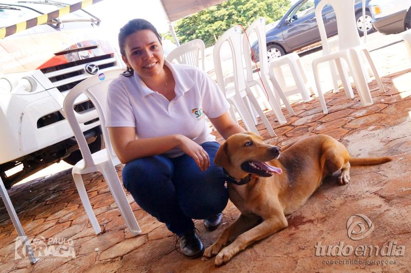 Letícia Nero chega com animal de rua para castração / Foto: Paulo Braga