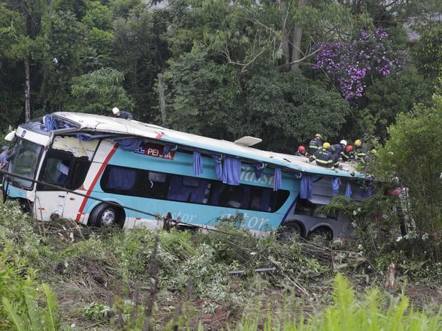 Veículo caiu em ribanceira na Rodovia Régis Bittencourt (Foto: Nelson Antoine/FotoArena/Estadão Conteúdo)
