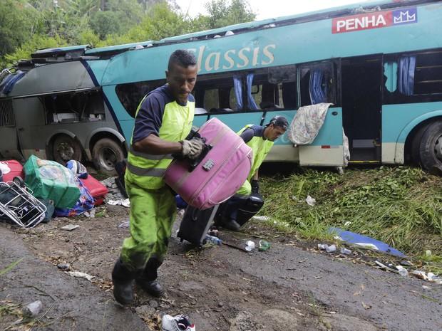 Equipes recolhem malas das vítimas no local (Foto: Nelson Antoine/FotoArena/Estadão Conteúdo)