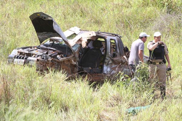Carro ficou destruído após cair em ribanceira (Foto: Cleiton Borges)
