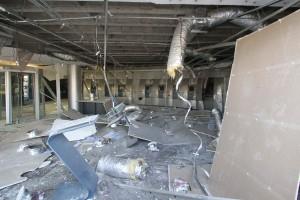 Em uma agência na Rondon Pacheco, toda a entrada da agência ficou destruída com a explosão (Foto: Cleiton Borges)