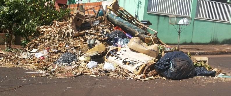 Em alguns locais da cidade, o lixo chega a dificultar o trânsito de veículos