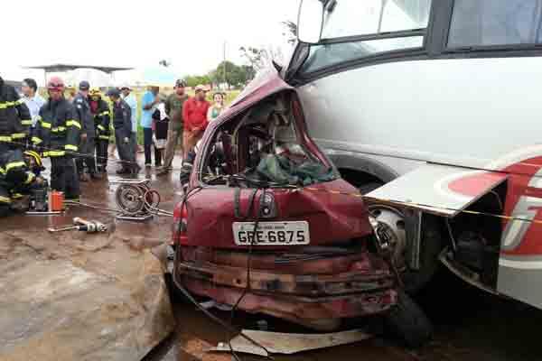 Acidente aconteceu na tarde deste sábado na BR-365 (Foto: Vinícius Lemos)