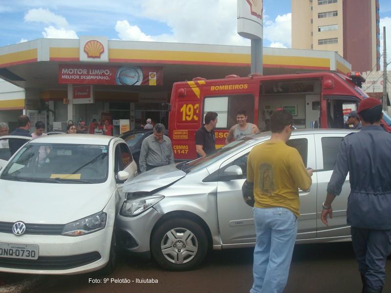 Uma colisão envolvendo dois veículos de passeio ocorreu no cruzamento da avenida Dezessete com a avenida Vinte e Seis