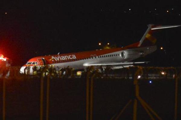 Um avião da companhia Avianca fez um pouso forçado no Aeroporto de Brasília. A aeronave ficou de barriga na pista (Foto: José Cruz / Agência Brasil)