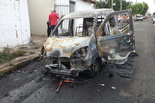 Carro da Prefeitura de Uberlândia é incendiado por populares no bairro Lagoinha | (Foto: Vinícius Lemos)