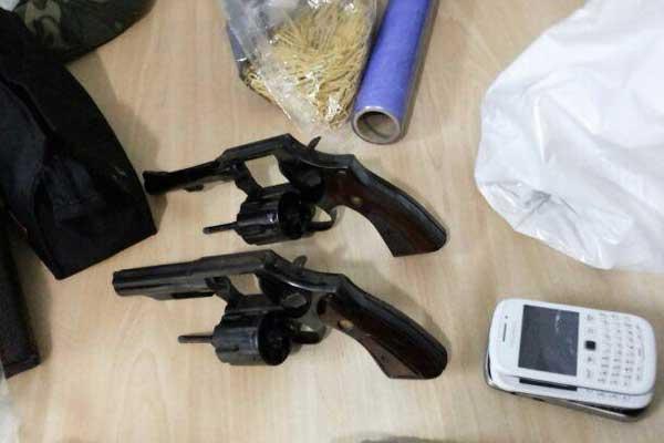 Armas de foto usadas durante a ação dos bandidos (Foto: Divulgação/PM)