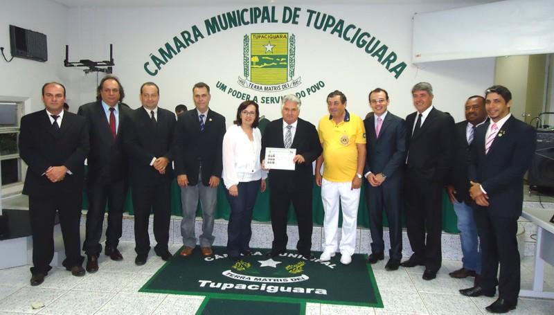 Foto: Charles Drake recebe o título das mãos da prefeita Edilamar Novais e vereadores de Tupaciguara.  Crédito: Divulgação