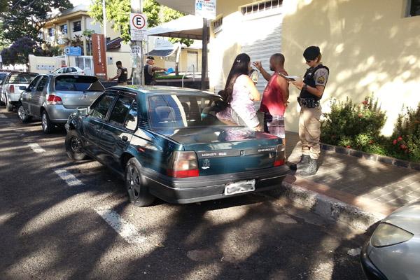 Segundo a PM, a criança ficou aproximadamente 30 minutos no carro (Foto: Vinícius Lemos)