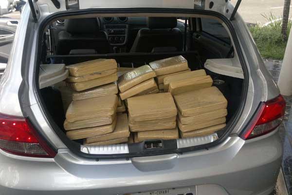 Cerca de 150kg da drogas estavam dentro de carro