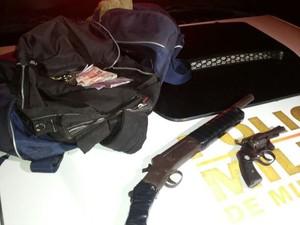 Materiais encontrados com os suspeitos (Foto: Polícia Militar/Divulgação)