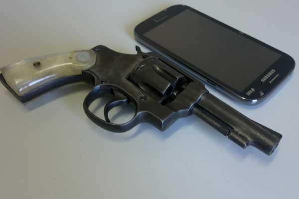 Arma e celular de suspeito foram apreendidos (Foto: Diogo Machado)