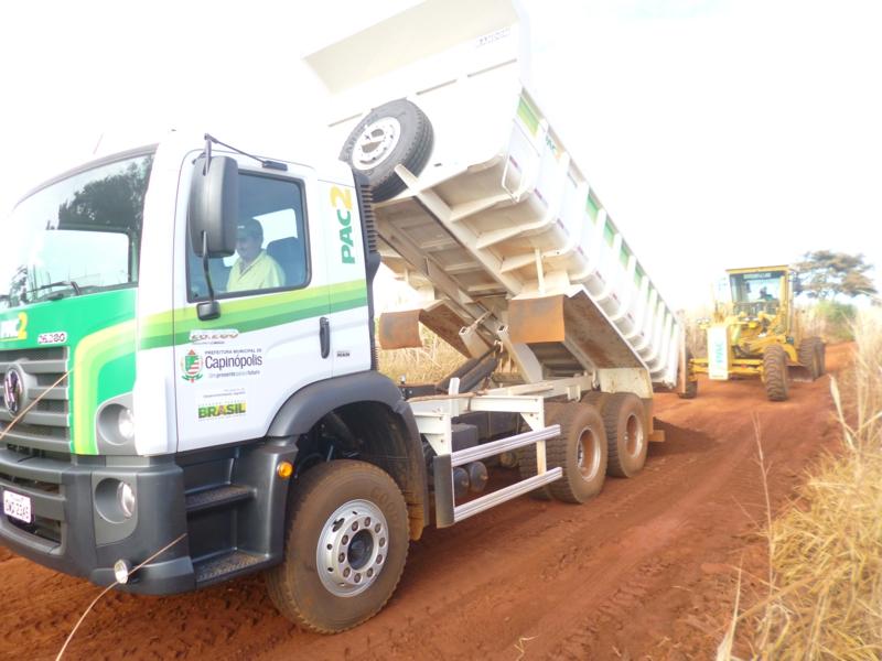 Prefeitura recupera estradas na região do Poço e Barreiro