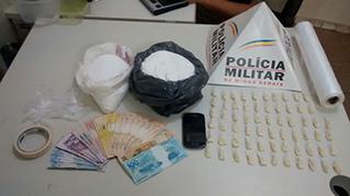 Droga e dinheiro foram apreendidos /  Assessoria de Comunicação Organizacional 54º BPM