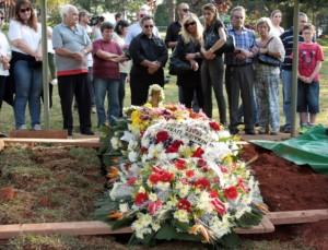 Familiares e amigos acompanham na tarde deste sábado o sepultamento do corpo de Benedicta Finazza, conhecida como Mãe Dinah, no cemitério da Paz, no Morumbi, em São Paulo