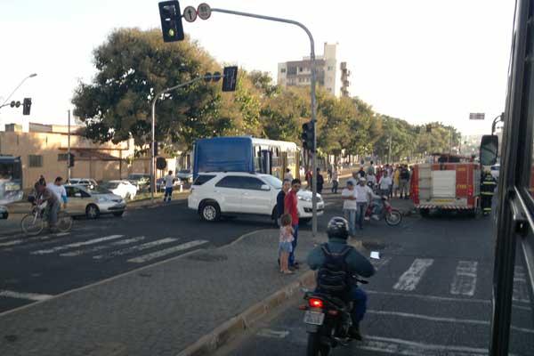 Mulher foi atropelada no corredor de ônibus da avenida Monsenhor Eduardo (Foto: Diogo Machado)