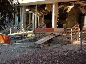 Agência ficou destruída e vários estilhaços espalhados pelo chão (Foto: Cristiano Vilaça)
