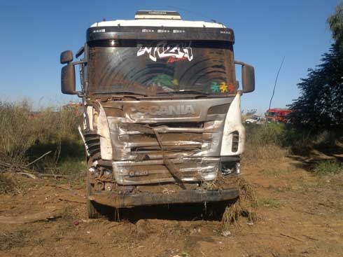 Caminhonete teria atravessado a pista sem sinalizar e foi atingida por bitrem (Foto: Alessandre Pereira)