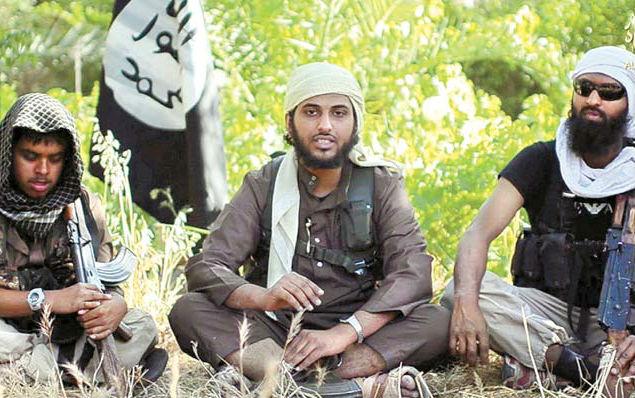 Imagem de vídeo em que Nasser Muthana (centro), 20, nascido no País de Gales, aparece junto a grupo de extremistas / foto: Al-Hayat Media Centre/Ho/AFP