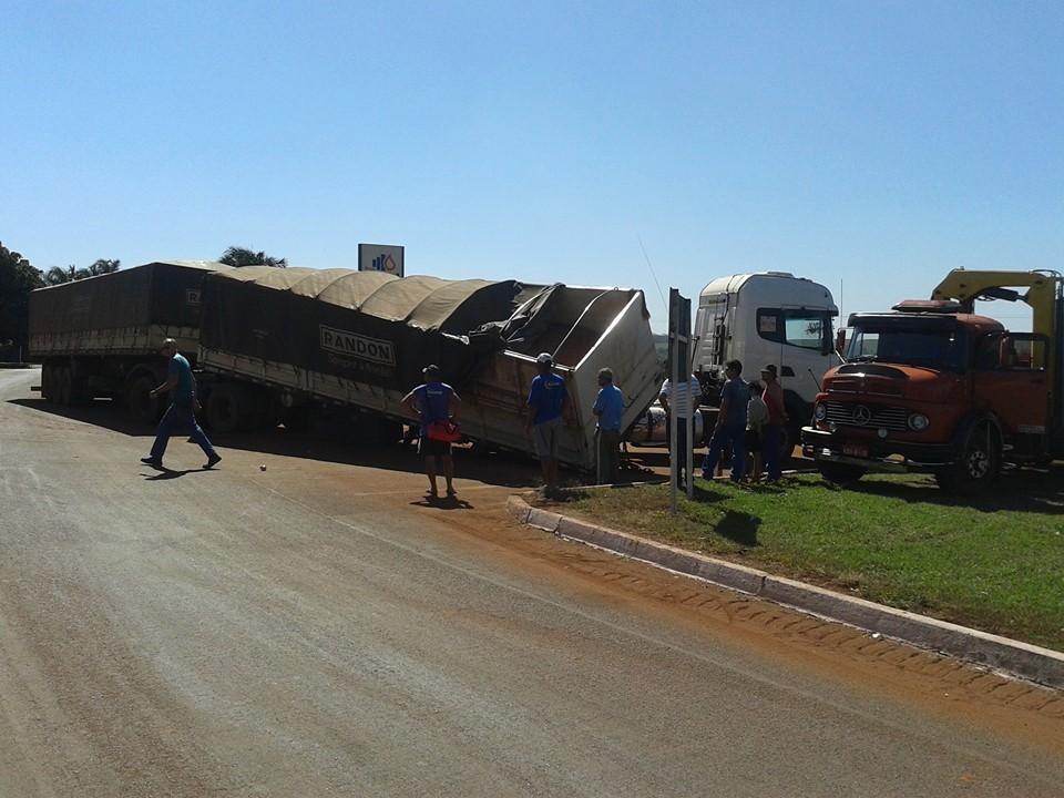Acidente no trevo de Capinópolis envolvendo um caminhão