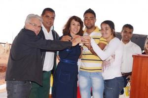 Mário Flabes, Ivo Américo  e a prefeita Dinair Isaac entregam a chave da casa aos futuros moradores Vinícios Monteiro e Maisa