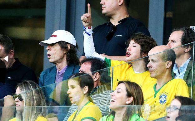 Mick Jagger e seu filho Lucas assistindo ao jogo Brasil x Alemanha