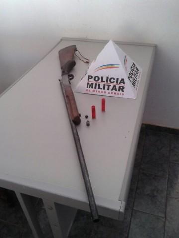 Arma foi apreendida em posse de homem de 36 anos ( Foto: Divulgação / Polícia Militar )
