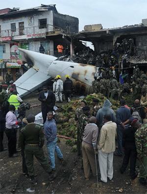 Moradores observam avião de carga que caiu sobre um prédio comercial em Nairóbi, no Quênia