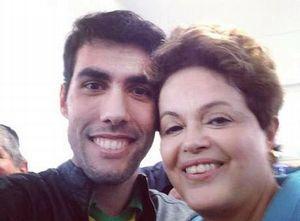 Selfie une o criador da 'Dilma Bolada', Jeferson Monteiro, e a presidente Dilma Rousseff