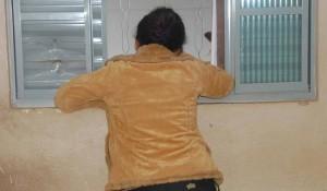 Mulher cravou faca nas costas do marido