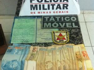 PM apreendeu dinheiro com suspeitos de receptação de veículo.(Foto: Polícia Militar/Divulgação)