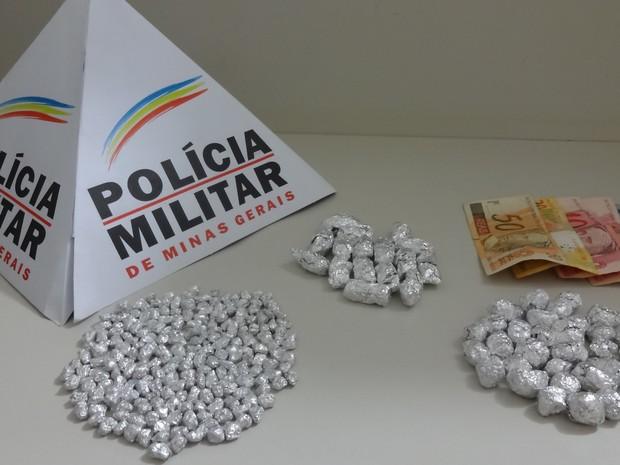 Maconha também foi encontrada com o pastor, além de dinheiro (Foto: Polícia Militar/Divulgação)