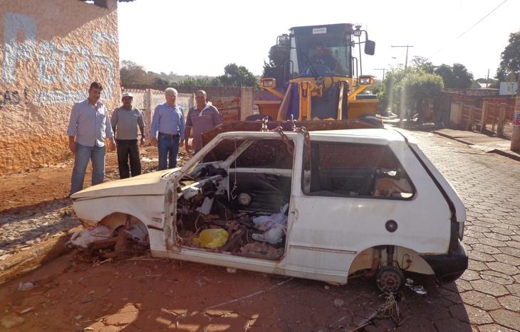 Comissão de trânsito retira veículos abandonados das ruas
