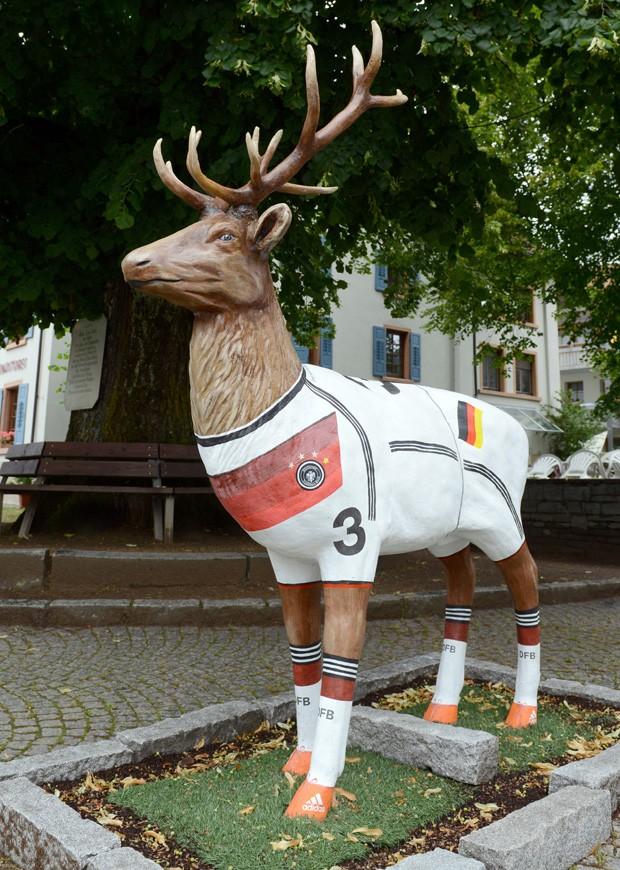 Estátua de veado ganhou pintura que representa uniforme da seleção alemã na cidade de Schönau im Schwarzwald (Foto: Patrick Seeger, DPA/AFP)