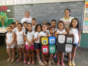 As agentes Marilane Braga e Amélia Oliveira com as crianças