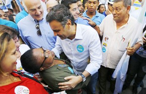 O candidato a presidente Aécio Neves (PSDB) durante visita a centro de abrigos de idosos, no Rio