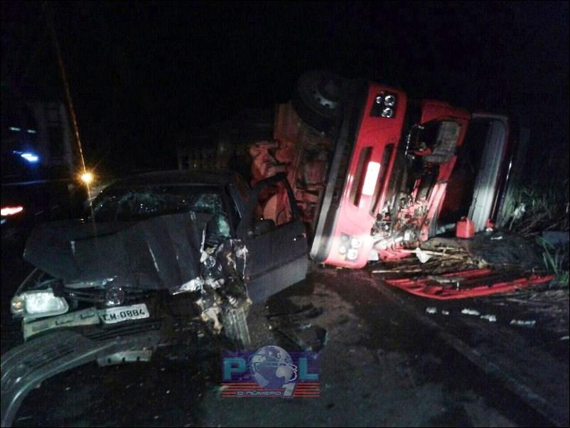 Grave acidente na MG 187 envolvendo carreta e veículo de passeio deixa três feridos
