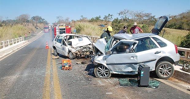Com o impacto da batida, a frente dos dois veículos ficaram totalmente destruídas