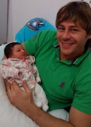 Um mês após nascimento da filha, Theo Becker diz que fez DNA e não é pai
