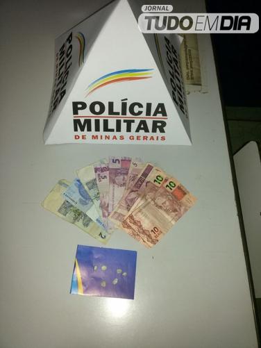 Seis pedras de crack e dinheiro foram apreendidos durante a operação da PM