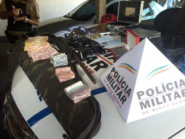 Material e dinheiro apreendido pela Polícia Militar / Foto: Polícia Militar