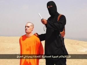 Militante do Estado Islâmico com o jornalista James Foley, que foi decapitado