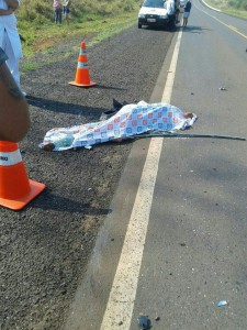 Segundo informações da Polícia Rodoviária Estadual, ela perdeu o controle da direção, invadiu a pista contrária e bateu de frente com outro veículo.