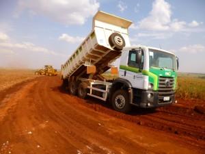 Transporte de cascalho da Fazenda Rodeio para a Fazenda Córrego das Flores para cascalhamento de estrada (Vicente).