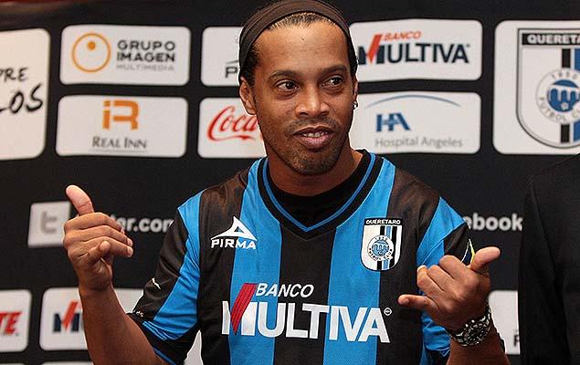 Ronaldinho durante sua apresentação no Querétaro