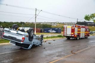 Mulher de 32 ficou ferida ao capotar caminhonete / Foto: Willian Tardelli