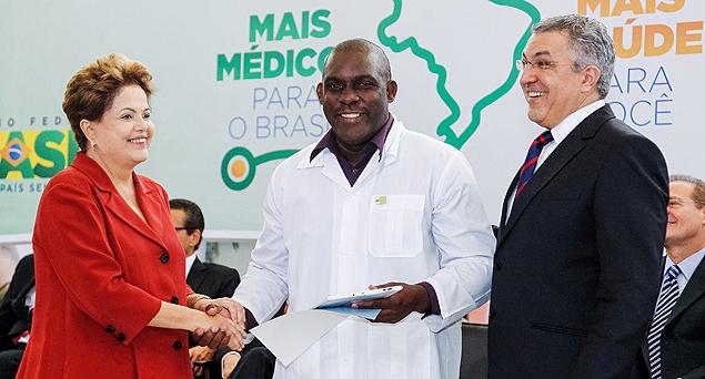 O médico cubano Juan Delgado com a presidente Dilma e o então ministro da Saúde Padilha
