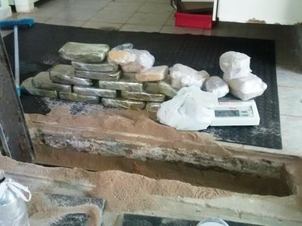 Droga estava no Bairro Cidade Jardim onde três foram presos (Foto: Reprodução/TV Integração)
