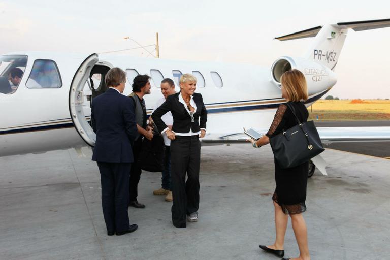 Xuxa viaja para Minas Gerais para inauguração de casa de festas